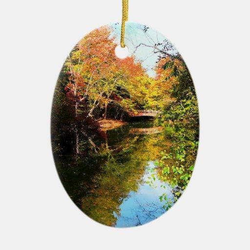 Parque del otoño con el puente ornamentos para reyes magos