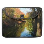 Parque del otoño con el puente fundas para macbook pro