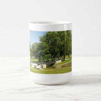 parque en verano tazas de café