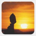 Parque nacional de los arcos, roca de la balanza calcomanias cuadradas