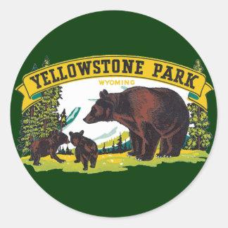 Parque nacional de Yellowstone del vintage con los Pegatina Redonda