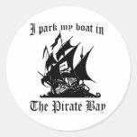 Parqueo mi barco en la bahía del pirata pegatinas redondas