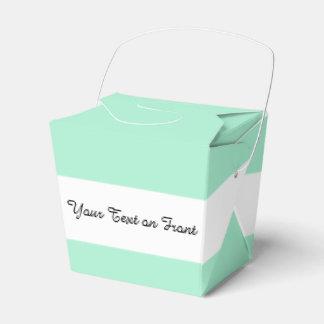 Parte alta ligera de la verde menta coloreada el caja para regalos