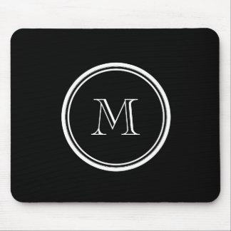 Parte alta negra inicial del monograma coloreada mouse pad