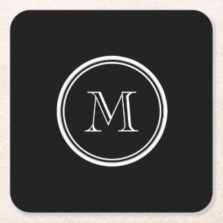 Parte alta negra inicial del monograma coloreada posavasos de cartón cuadrado
