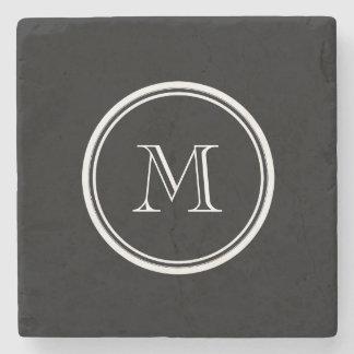 Parte alta negra inicial del monograma coloreada posavasos de piedra