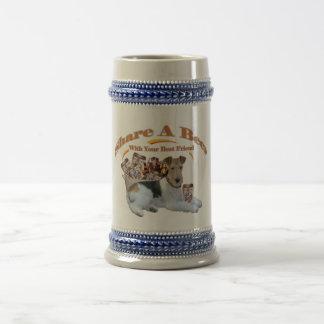 Parte del fox terrier una cerveza con el mejor ami tazas