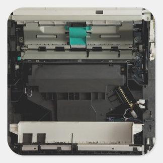 Parte del interior electrónico de una impresora pegatina cuadrada