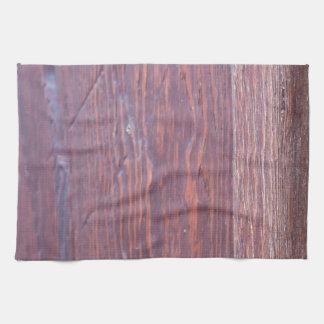 Parte del primer de madera del marrón de la puerta toallas de mano