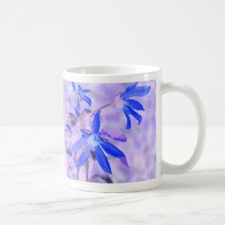 parte posterior azul de la púrpura de la flor inve tazas de café