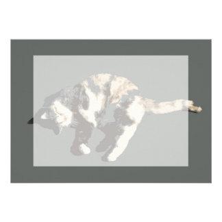 parte posterior posterized del gris del gato de ca comunicado personal