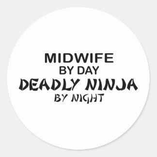 Partera Ninja mortal por noche Pegatina Redonda