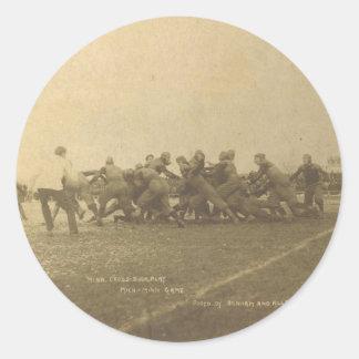 Partido de fútbol de la universidad del vintage a etiquetas redondas