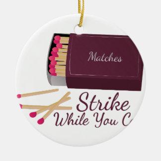 Partido de la huelga adorno navideño redondo de cerámica