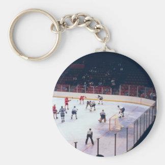 Partido del hockey sobre hielo del vintage llavero redondo tipo pin