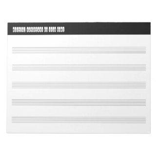 Partitura musical en blanco para los viajeros y bloc de notas