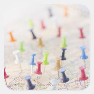 Pasadores en un mapa 2 pegatina cuadrada