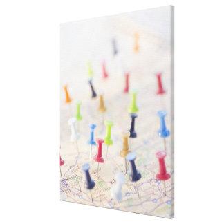 Pasadores en un mapa impresión en lona estirada