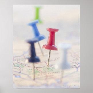 Pasadores en un mapa poster