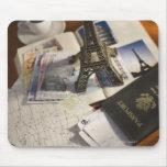 Pasaporte y objetos de recuerdo tapetes de ratones