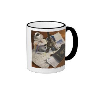 Pasaporte y objetos de recuerdo taza