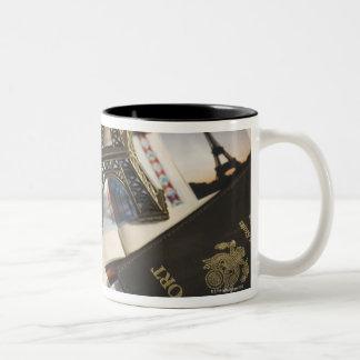 Pasaporte y objetos de recuerdo taza de café de dos colores