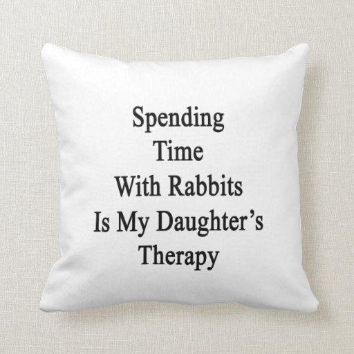Pasar tiempo con los conejos es Therap de mi hija Cojin