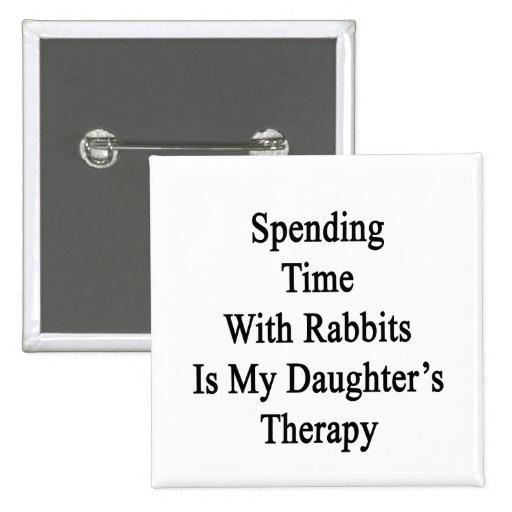 Pasar tiempo con los conejos es Therap de mi hija Pin Cuadrada 5 Cm