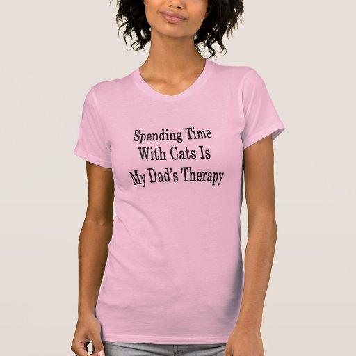 Pasar tiempo con los gatos es la terapia de mi pap camiseta