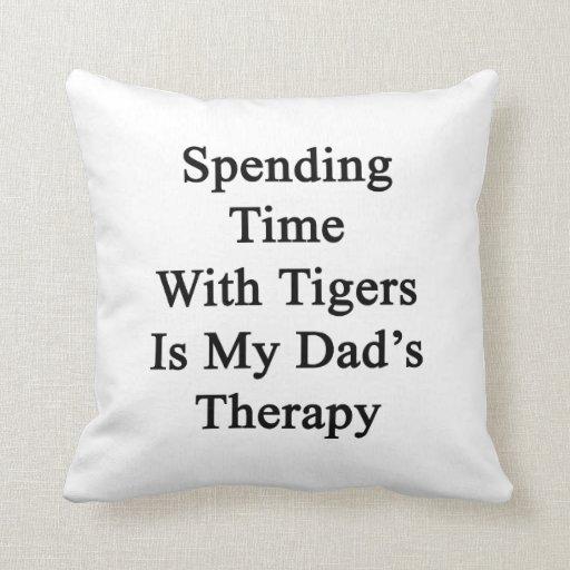 Pasar tiempo con los tigres es la terapia de mi pa cojín