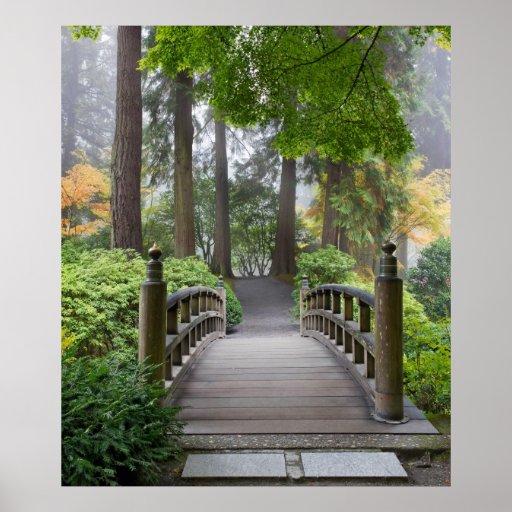 Pasarela de madera en poster japonés del jardín