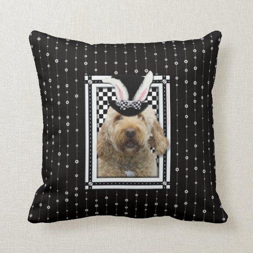 Pascua - algún conejito le ama - GoldenDoodle Cojin