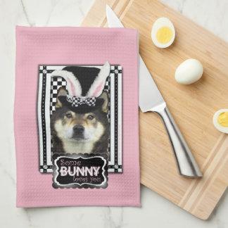 Pascua - algún conejito le ama - Shiba Inu Yasha Toallas De Mano