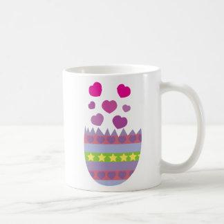 Pascua feliz con la taza del huevo de Pascua del