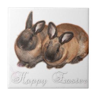Pascua feliz del conejito de pascua con los rosas azulejo cuadrado pequeño