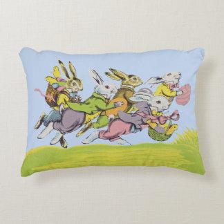 Pascua feliz que funciona con conejos en colores cojín