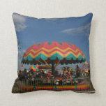 Paseo colorido del niño en la feria almohadas