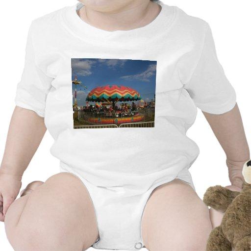 Paseo colorido del niño en la feria camisetas