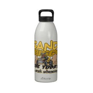 Paseo con errores de la arena hoy botella de agua