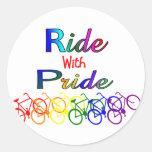 Paseo con los regalos lesbianos gay del ciclista d etiquetas redondas