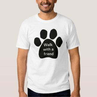 Paseo con un amigo para los amantes del perro remeras