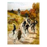 Paseo de la bicicleta del vintage en el país tarjeta postal