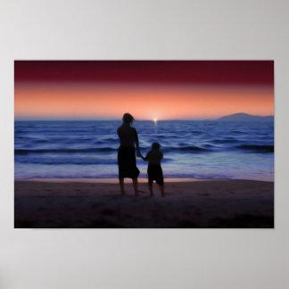 Paseo de la madre y de la hija en la playa (el día póster