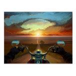 Paseo de la motocicleta en la puesta del sol tarjeta postal