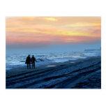Paseo de la playa de la puesta del sol de los aman tarjeta postal