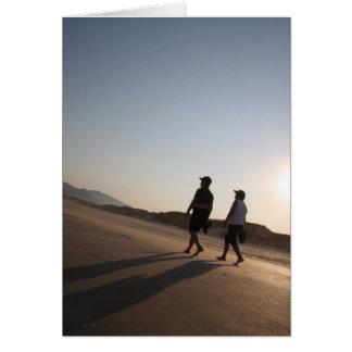 Paseo de la playa de la tarde tarjeta de felicitación