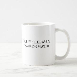 Paseo de los pescadores del hielo en el agua taza