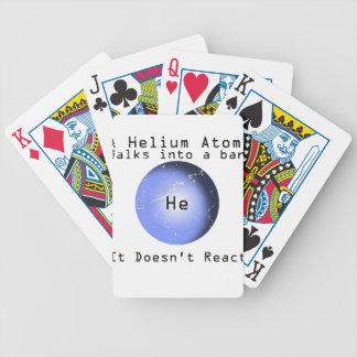 Paseo del átomo del helio en una barra que no reac baraja cartas de poker