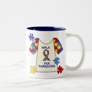 Paseo del autismo para la conciencia taza de café de dos colores