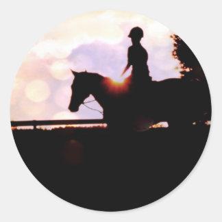 Paseo del caballo de la puesta del sol pegatina redonda